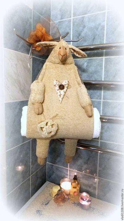 Купить или заказать КАКАО & КРЕМ-БРЮЛЕ   (хранение полотенец) в интернет-магазине на Ярмарке Мастеров. Теперь полотенца красиво хранят эти милые овечки! Сшиты из махровой ткани, мордочка и копытца -из тонкого флока (искусственная замша), подкладка - хлопок, продублирован флизелином. Овечка вмещает три больших банных полотенца или кучу маленьких! Сзади петелька для подвеса на крючок. Можно подвесить за веревочку на полотенечник, тогда ваши полотенца будут теплыми!