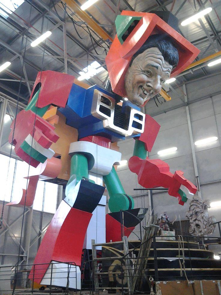Robot Riformers di Simone Politi e Priscilla Borri - altezza complessiva oltre 16 metri. Materiali: strutture portanti in ferro - parti modellate in cartapesta