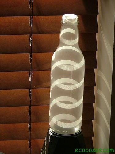 Las botellas vacías están llenas de posibilidades. ¿Qué hacer con ellas? Si son de vidriopodemos jugar con la belleza del cristal, con su transparencia o