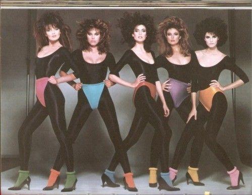 :D Svi su isli u teretanu ili na ples.. svi su bili mrsavi.. Partiamo dall'intimo: sotto il vestito…di tutto! Si, perché gli anni '80 segnano il risveglio della femminilità, e dunque via a giarrettiere, guepiere e sottovesti, che grazie a Kim Basinger salgono alla ribalta.fantasie sempre più esplosive e sexy segnano questo decennio, e fanno impazzire donne e…naturalmente, uomini.