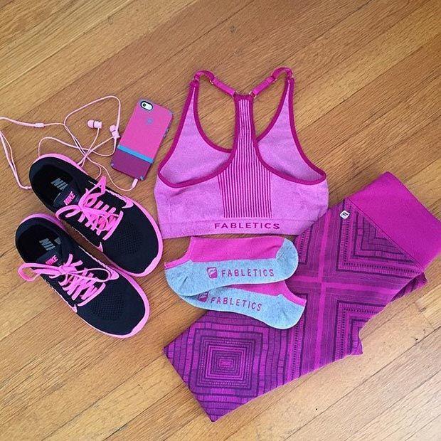 Schwarz und Lila Workout Outfit Idee