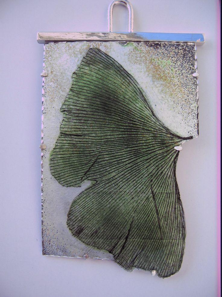 Colgante: Ginkgo, Plata. Técnica: Esmalte 840ºC. Autor: Alfredo Escalada.