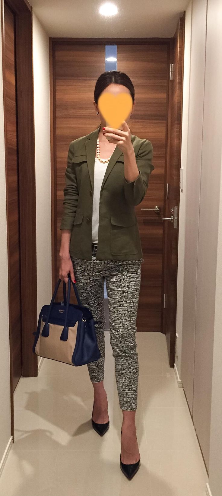 Khaki jacket: Theory, White tee: SISLEY, Pants: Tomorrowland, Bag: PRADA, Pumps: Christian Louboutin