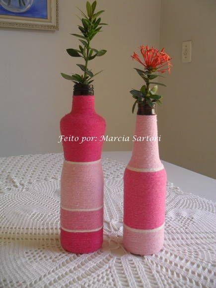 Garrafas decoradas com barbante colorido. Lindas para alegrar seu ambiente! Podem ser feitas nas cores de sua preferencia! Pode haver variação no modelinho da garrafa (ver disponibilidade de modelo) Preço unitário As flores das garrafinhas não acompanham!