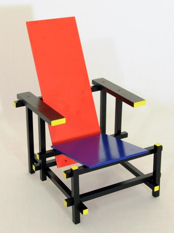 A Poltrona ou Cadeira Red and Blue, desenhada pelo arquiteto Gerrit Thomas Rietveld, esteve na vanguarda dos experimentos realizados por diversos membros do movimento De Stijl, da Holanda. Dimensoes: L 64 A 90 P 68cm - madeira pintada