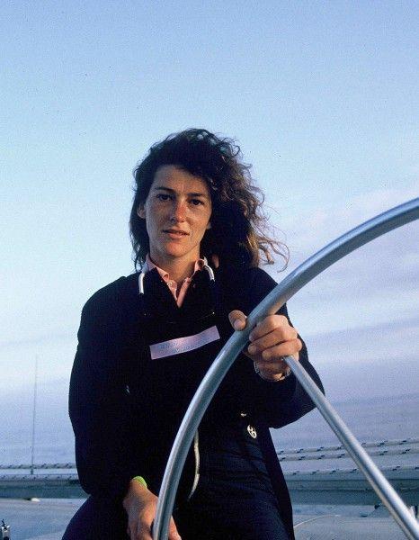 Les boucles brunes balayées par les embruns et un sourire à toute épreuve, c'est l'image de Florence Arthaud dont on se souviendra. La navigatrice de 57 ans a perdu la vie lundi dans un crash d'hélicoptère en Argentine. Retour en 10 images sur le parcours de celle qu'on surnommait la « petite fiancée de l'Atlantique ». Une aventurière de la mer qui a ouvert la voie à de nombreuses femmes navigatrices. http://www.elle.fr/Societe/L-actu-en-images/Florence-Arthaud-une-vie-d-aventure