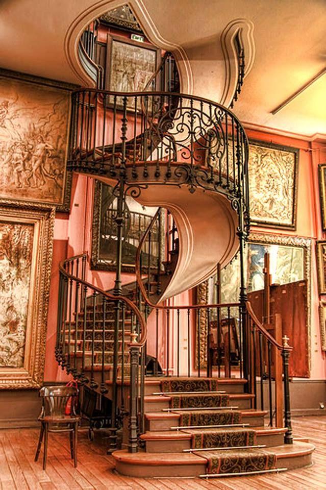 ESCADA | Esta escada ultrapassou sua função de circulação para outro pavimento e se transformou em um elemento de decoração e admiração do ambiente.