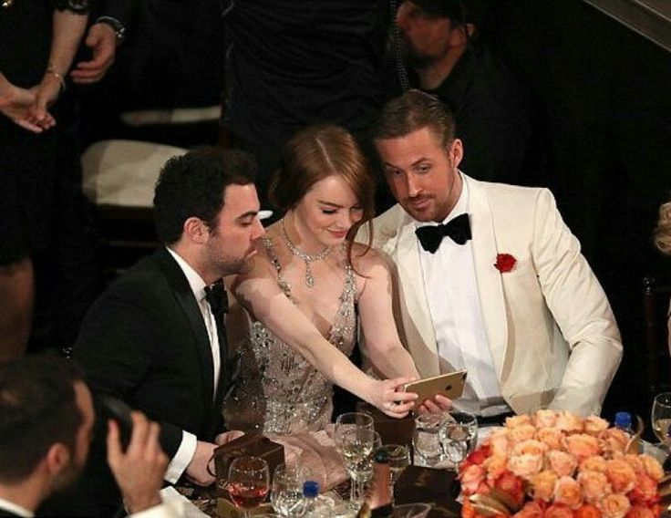 Emma stone ryan gosling and her  brother Spencer  click a selfie