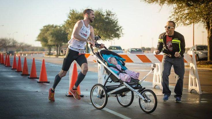 Μπαμπάς-δρομέας έκανε ρεκόρ Γκίνες τρέχοντας με την κόρη του στο καρότσι