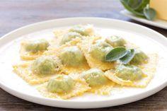 Ravioli ricotta e spinaci un primo piatto tipico della tradizione gastronomica italiana ideale per i giorni di festa. Scopri passo passo come cucinarli