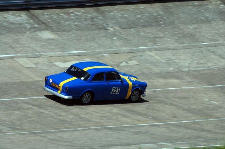 Volvo Amazon Commercialisée entre 1956 et 1970, la paisible Volvo Amazon n'était à priori pas vraiment une sportive née. Ce qui n'a pas empêché ce propriétaire de l'alléger et de lui greffer un arceau cage! Notez également la peinture jaune et bleu figurant le drapeau suédois...