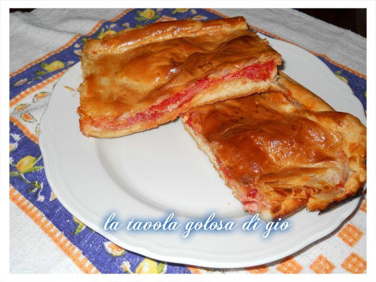 un gradevole modo di preparare un tipo di focaccia che ha due facce, una di pasta sfoglia, una di pasta di pizza. Questa è la parigina napoletana.