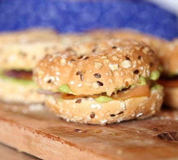 Bagel com Avocado e Salmão defumado. Delicinha pra comer qualquer hora do dia!