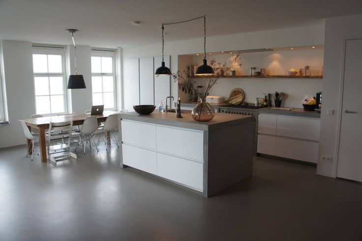 Vind afbeeldingen van moderne Keuken: Leefkeuken met een gietvloer. Ontdek de mooiste foto's & inspiratie en creëer uw droomhuis.
