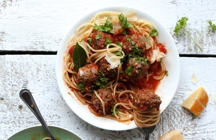 <p>Skład: klopsiki: 300 g mięsa wołowego (zmielone) 300 g mięsa wieprzowego (zmielone) 100 g salami (w plastrach lub w kawałku) 4 ząbki czosnku 1 cebula (drobno posiekana) 1 łyżka suszonej bazylii szczypta świeżo zmielonego pieprzu 1 łyżeczka posiekanej papryczki chili 1 łyżka sosuWorcestershire sól morska 1 pęczek pietruszki sos: 2 puszki pomidorów 1 cebula (drobno […]</p>