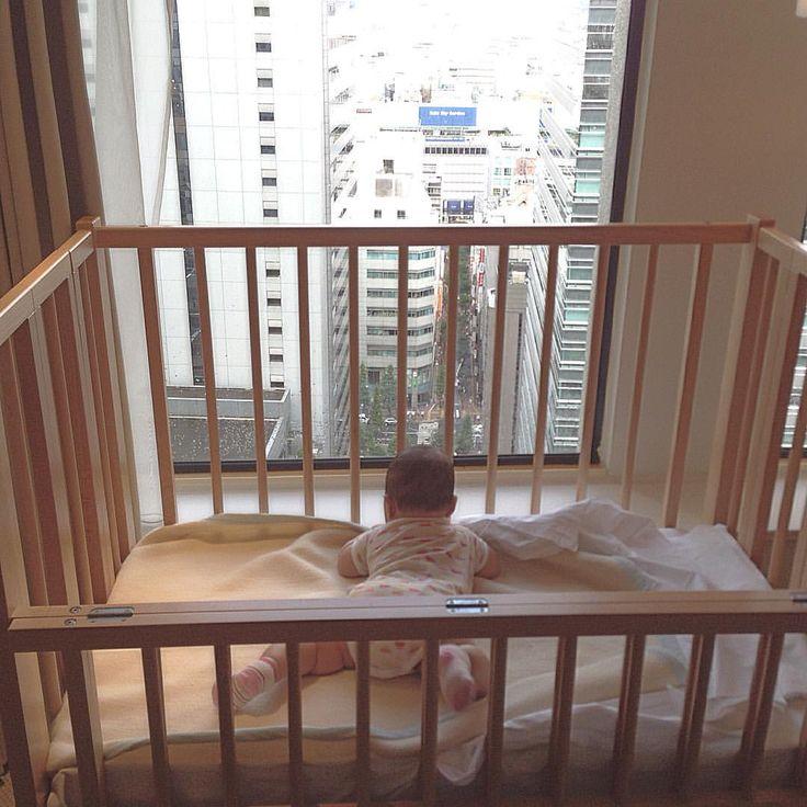 . 여기가  신주쿠 구나.. . ここでは、新宿ね。。。 . #게이오호텔 #京王プラザホテル #京王線 #京王 #新宿 #신주쿠 #도쿄 #tokyo #東京 #육아 #딸둥이 #쌍둥이  #baby #あかちゃん # #twin #双子 #ふたご #そうし #아기 #bebé #niño #niña