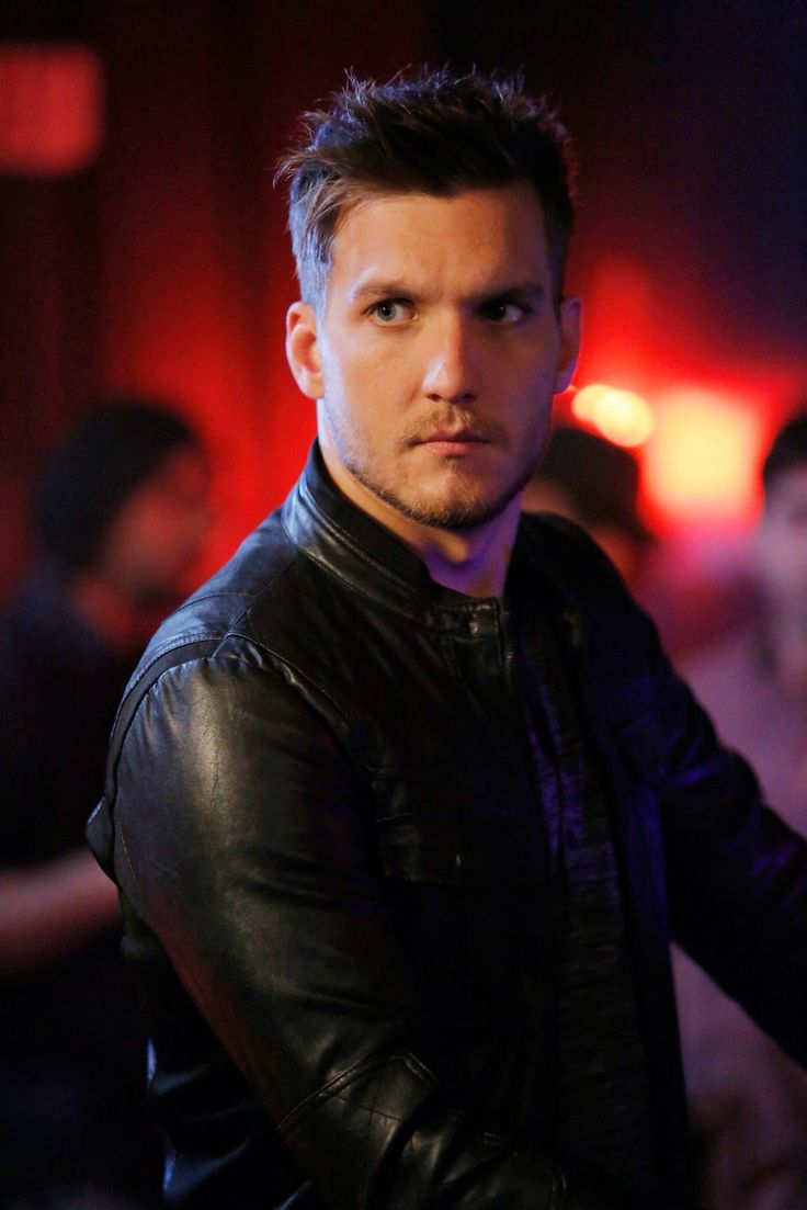 Scott Michael Foster as Leo. Chasing Life. WOW! ❤️ #BeautifulPeople #EyeCandy #Handsome