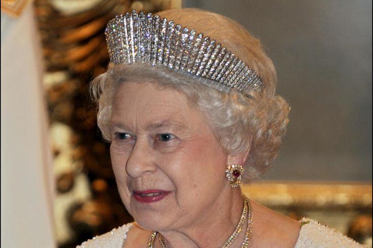 La reina Isabel con la tiara Rusa (Gtres).La familia real británica es una de las que posee un joyero más valioso. Entre sus piezas más simbólicas está la tiara Rusa, que está formada por setenta barras de platino con 488 diamantes incrustados y se inspira en los 'kokoshnik', los tradicionales tocados rusos. Fue un regalo que una aristócrata le hizo a la reina Alejandra, esposa del rey Eduardo VII, con motivo de la celebración de sus bodas de plata. Como la diadema fue (supuestamente) un…