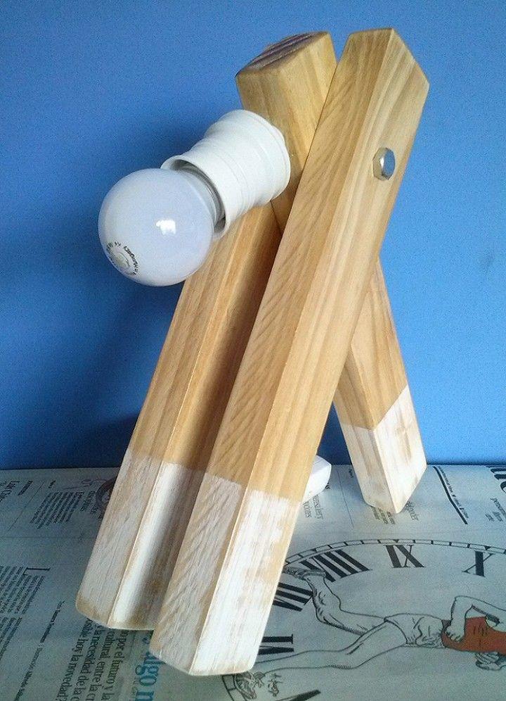Realizado en pino, terminación rústica, trabajado con cera de primera calidad.  Cable de 1, 40 mts de largo. Incluye lámpara halógena de 25W Se puede abonar mediante MercadoPago.  Se hacen envíos - Consultar importe.