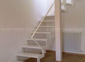 scala a giorno bianca, con gradini in legno