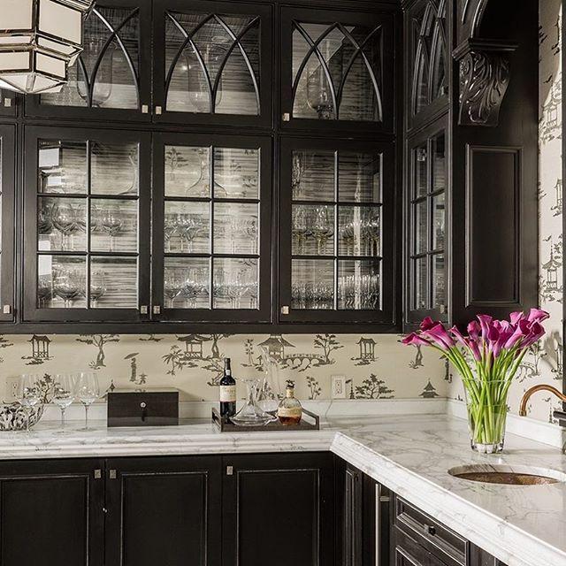 Черный фасад и мраморная рабочая поверхность кухни придают интерьеру аристократичность👑 Нам очень интересно, а какие цвета и материалы вы выбираете для своей кухни? Поделитесь своими идеями😉👌 #вдохновение #dghome #красивыйинтерьер #интерьермечты #интернетмагазинмебели #decor #interiordesign #interiorideas