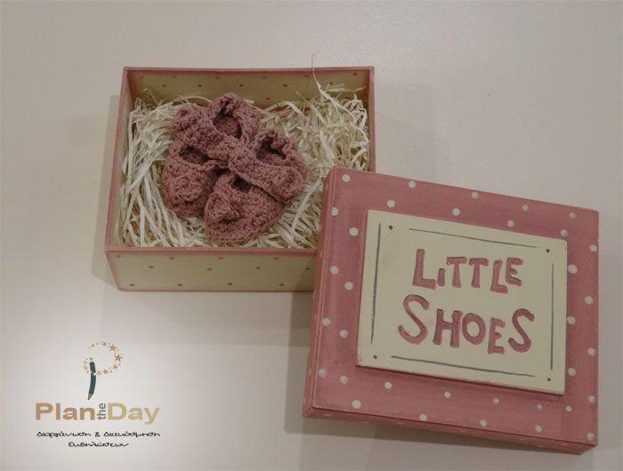Πλεκτά παπουτσάκια για το νεογέννητο σε ξύλινο ζωγραφιστό κουτί. Ιδανικό δώρο για νεογέννητο κοριτσάκι.  Διάσταση: 15 x 13 x 4cm  Διατίθεται και σε σιέλ για αγοράκι.