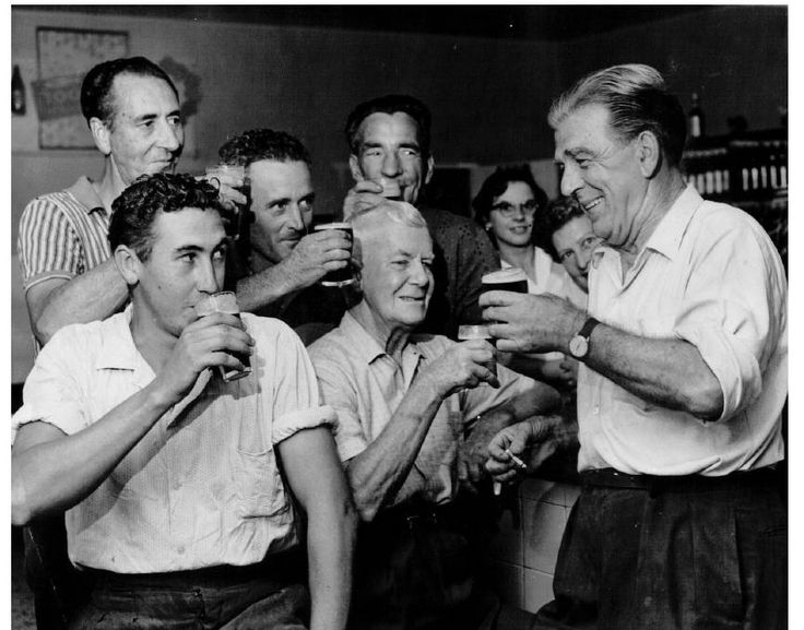 Sir WILLIAM DOBELL DRINKS WITH PATRONS AT A WANGI HOTEL....1962.
