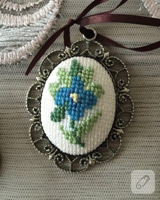 etamin kumaş üzerine mavi yeşil renklerde işlenmiş çiçekli kolye ucu, kahverengi ince kurdele ile detaylandırılmış, çok zarif görünüyor. çarpı işi, goblen, etamin...