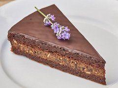 Čokoládový bezlepkový dort se sušenými švestkami a šmakounem — Kluci v akci — Česká televize