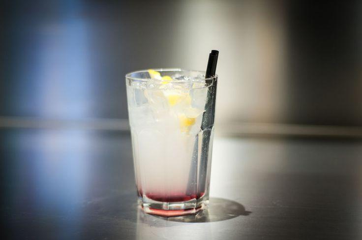 COSMOPOLITAN (Vodka al limone, Cointerau, Succo di limone, Succo di mirtillo Rosso)