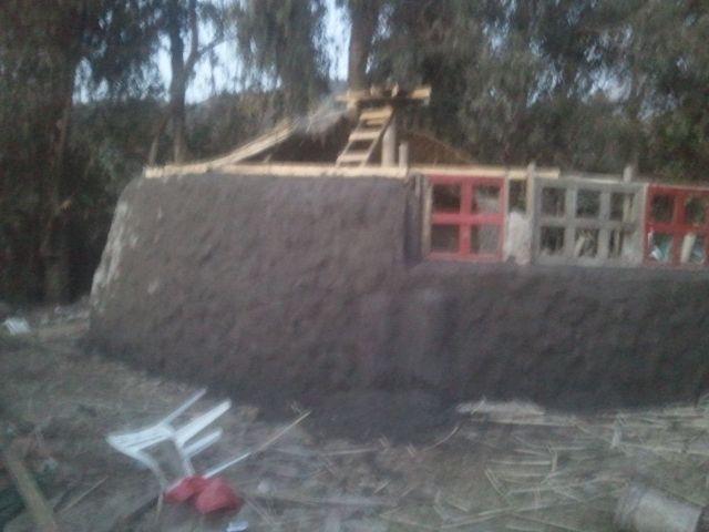Instalando las ventanas recicladas, terminando el muro interior del #Quincho, #mástil porta techumbre 005