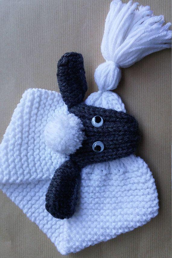 Echarpe pour les bébés et les enfants tricotée main Elle se ferme en glissant le gland du bout de lacharpe dans la tête et ajustable au tour du cou de lenfant Tour du cou 30 cm (point mousse) pour la taille 3 mois, 6 mois et 1 an Tour du cou 35 cm (point mousse) pour la taille 2