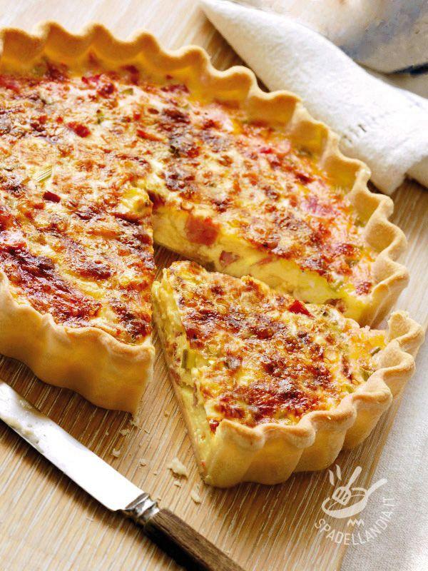 La base della Quiche Lorraine, piatto della cucina francese, è la pasta brisée, mentre il ripieno è costituito da uova, parmigiano e pancetta affumicata.