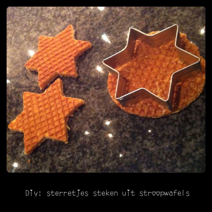 Een echte kerstsfeer creëren op je ijsje na het kerstdiner? Dat kan heel makkelijk door deze stroopwafel sterretjes uit te steken en er bij te serveren. Leuk en lekker!