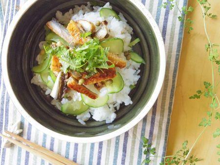夏の土用はもうすぐ!    元気を付けたい時にぴったりの「うなぎ」に香味野菜などを加えて、さっぱり味の丼ぶりにしました。    このレシピは、ご年配の方や「うなぎを食べると、胃腸がもたれてしまう」という方にもおすすめ。    おもてなしには、小さめの漆器などに盛り付けると素敵です。