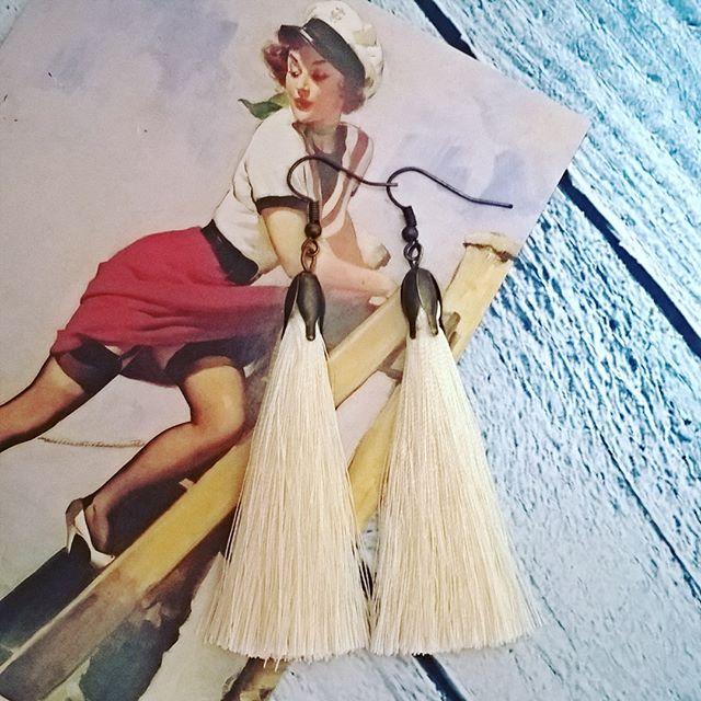 Модные серьги-кисти кремового цвета, длина кисти 6,5 см.