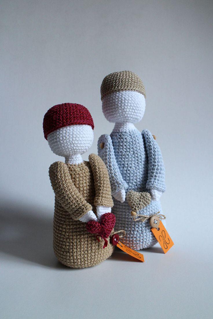Zaľúbení - bábiky uhačkované z bavlny a vyplnené dutým vláknom, vhodné ako hračky alebo dekorácia. Cena je za obe bábiky dokopy.  Cena je za obe bábiky dokopy.  * Možné prať v rukách. Nechať voľne vyschnúť.