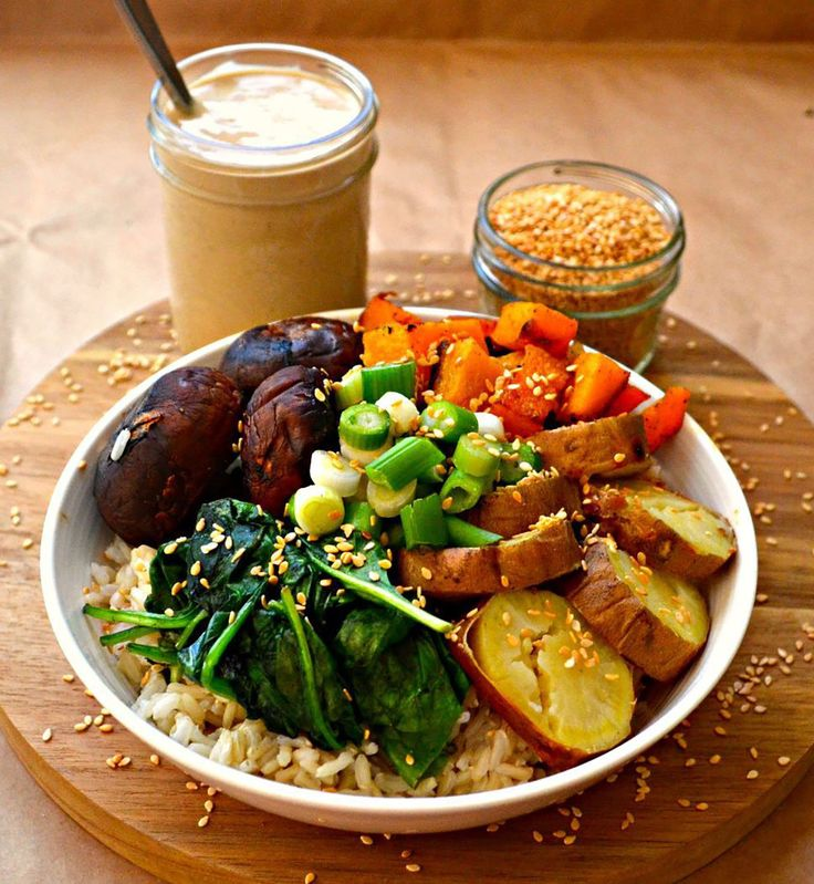 Buddha bowl et sa sauce à l'ail rôti