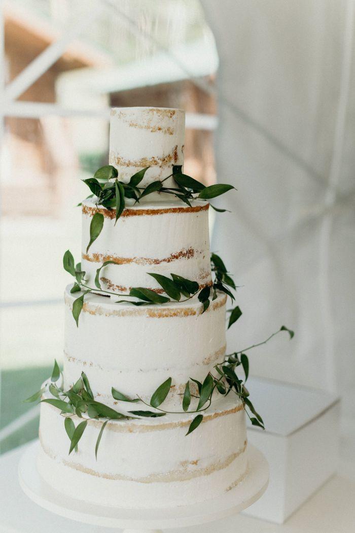 Fast nackte weiße Hochzeitstorte mit einfachem Grün geschmückt Bild von Katherin …   – wedding cake floral