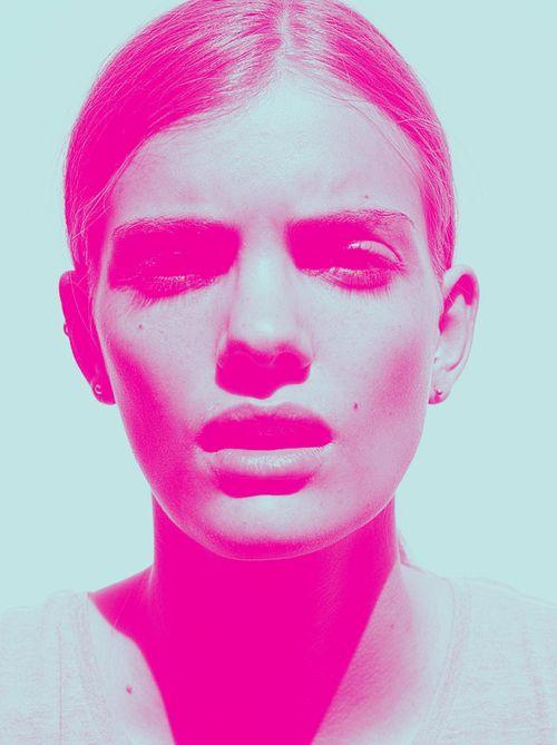 Portrait photo retouché, en bichromie rose et bleu. J'aime bien l'idée et le rendu final, peut être ajouté un effet graphique sur les yeux (gribouillage, barre ou stoch) pour une créer une autre image.