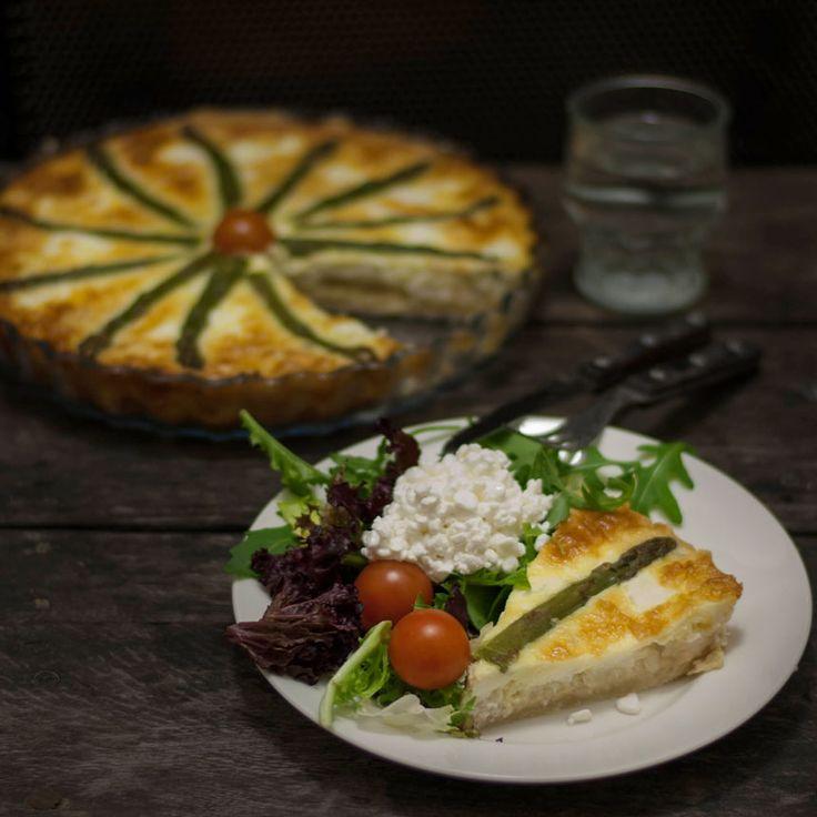 Baka en god räkpaj med sparris och servera med fräsch sallad och keso.