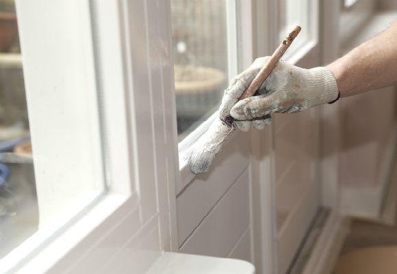 Utilize pincel mais fino para pintar os cantos da casa