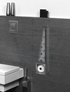 De voorzetwand bij het toilet dient voor het inbouwreservoir, maar er blijft vaak nog onbenutte ruimte in de voorzetwand over. U kunt er bijvoorbeeld voor kiezen om hier bergnissen in te maken of een kastje in te bouwen, maar een ander idee is om hier een berging voor toiletrollen in te bouwen. Als u de voorzetwand helemaal doortrekt tot aan het plafond, dan kunt u een nog grotere voorraad toiletpapier kwijt. De voorraad toiletpapier kunt u van onderaf bijvullen.