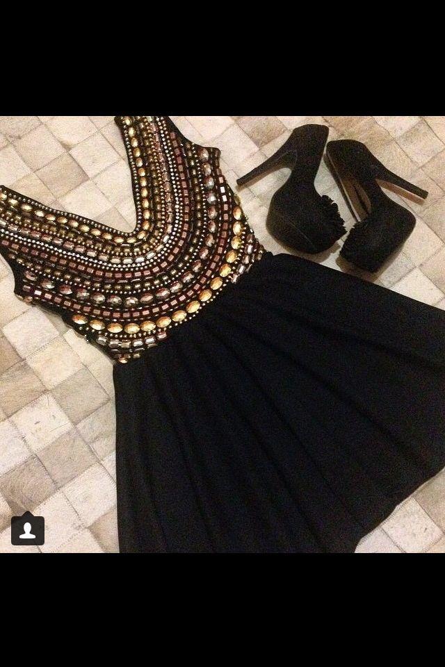 Vestido curto preto bordado. Um arraso!
