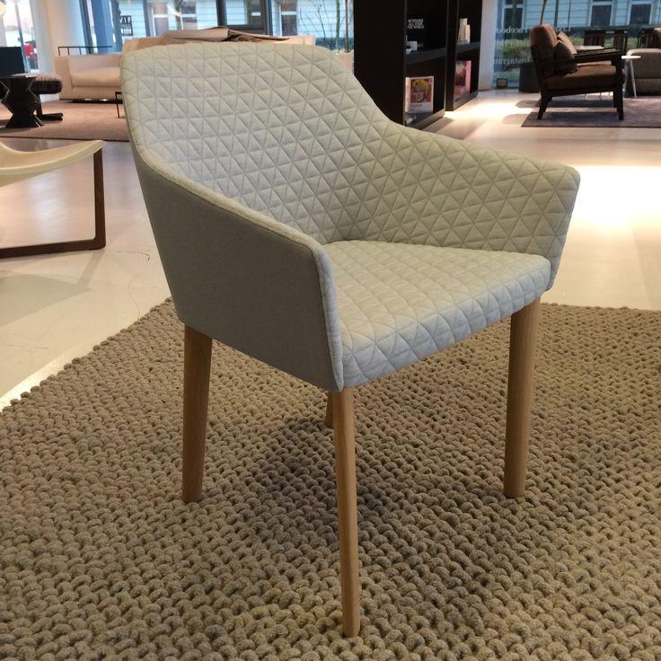 Elegant grå stol med lyst træ
