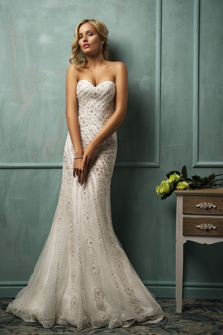The charming an luxe strapless sweetheart neck white organza floor-length chapel train wedding dress with spaking swarovis crystal with the fully crystal embroidery bodice and the chapel train