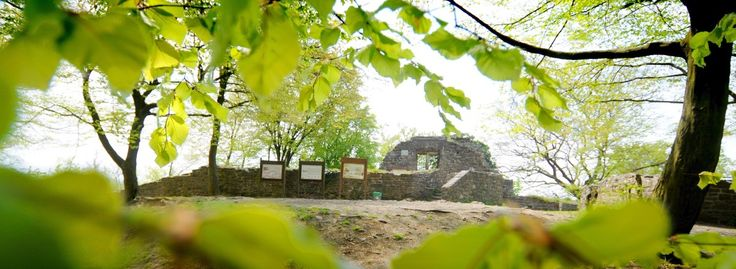 Die Ruine Isenburg hoch über dem Ruhrtal ist steinernes Zeugnis des Mittelalters: 1240 erbaut, wurde die Wehranlage schon nach 48 Jahren komplett zerstört. Außer an Wochenenden und Feiertagen herrscht