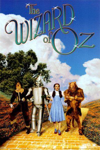 El Mago de Oz es una película musical y tambien un musical en el teatro. Es una linda historia de una chica que va a un lugar mágico, hace tres amigos que tambien quieren conocer el mago por razones diferentes. Ay una bruja malvada, que quiere robar los zapatos de Dorothy, la chica.
