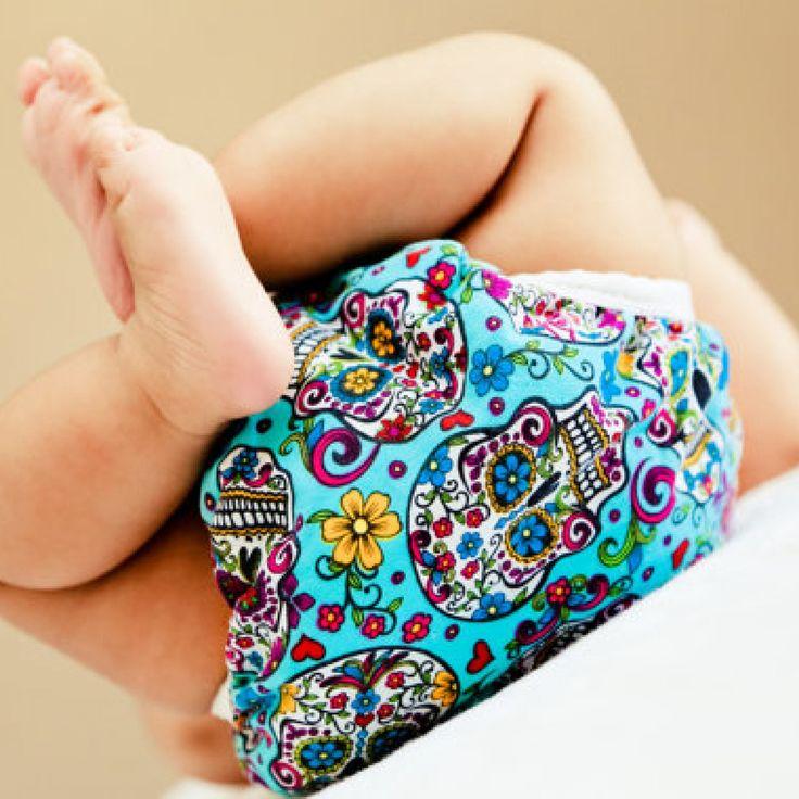 Ce este iritaţia de scutec sau dermatita de scutec? Dermatita de scutec este cea mai frecventă formă de inflamație a pielii bebeluşilor. Se prezintă ca o zonă iritată, roșie la nivelul feselor și organelor genitale, adică acea zonă acoperită în mod normal de scutec. Se mai numeşte şi eritem fesier. Majoritatea copiilor dezvoltă la un moment dat acest tip de dermatită.