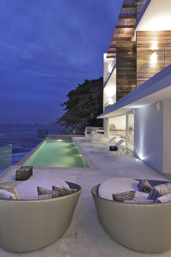 La casa Almare fue concebida como un desarrollo inmobiliario y ocupa un risco frente al océano Pacífico en Jalisco, México: imponente vista al mar desde la terraza.